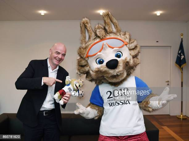 Fussball International Praesident Gianni Infantino mit dem FIFA WM 2018 Maskottchen Zabivaka im Home of FIFA