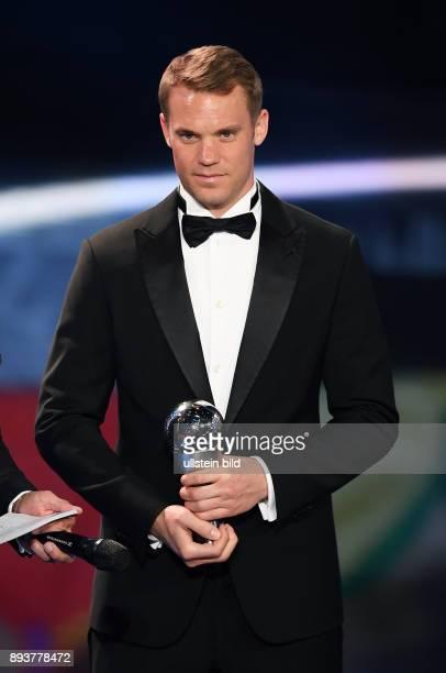 Fussball International FIFA The Best Football Awards 2016 FIFPro World XI Mannschaft des Jahres 2016 Torwart Torwart Manuel Neuer mit Pokal