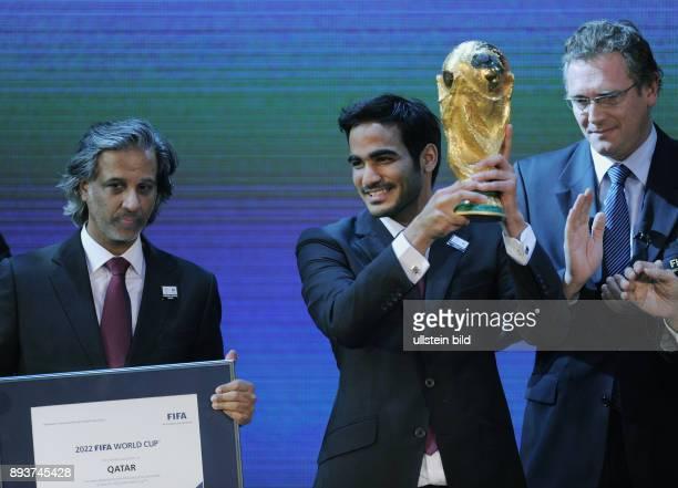 Fussball International FIFA WM 2018 und FIFA HE Sheikh Mohammed bin Hamad AlThani mit WM Pokal und FIFA Generalsekretaer Jerome Valcke Sheikh Hamad...