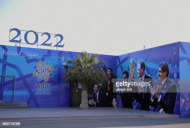 Fussball International FIFA WM 2022 / Kamelrennen Doha Ein Haus an der Kamelrennbahn bei Doha ist mit den Bildern von HH Sheikh Hamad bin Khalifa...