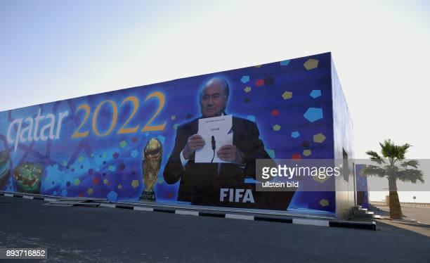 Fussball International FIFA WM 2022 / Kamelrennen Doha Ein Haus an der Kamelrennbahn bei Doha ist mit einem Bild von FIFA Praesident Joseph S Blatter...