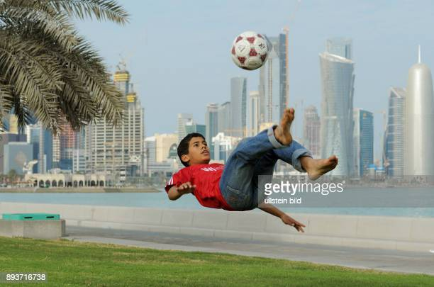 Fussball International FIFA Mohammad Jafar spielt im Park vor der Skyline Dohas Fussball und traeumt von der Weltmeisterschaft 2022