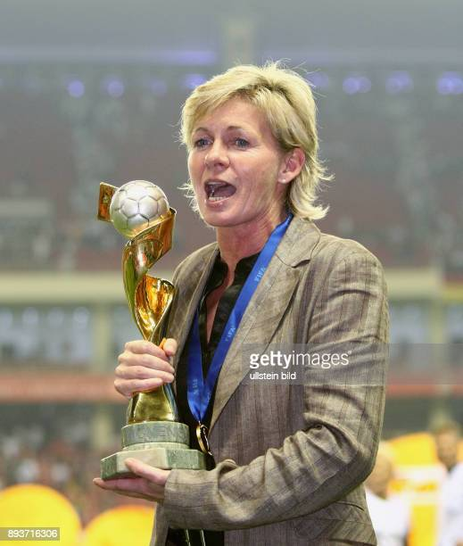 Fussball International Frauen WM China 2007 FINALE Deutschland Brasilien Germany Brazil GER Trainerin Silvia Neid mit WM Pokal