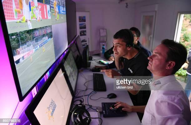 Fussball International Home of FIFA Video Assistant Referees Project Testspiel Schiedsrichter Viktor Kassai beobachtet das Spiel im Kontrollraum des...