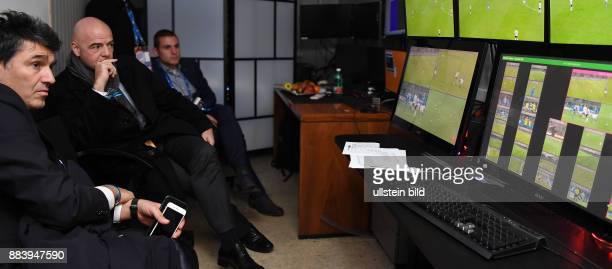 Fussball International Testspiel in Mailand Italien Deutschland Zweiter FIFA Video Assistant Referee Test Praesident Gianni Infantino verfolgt mit...