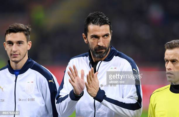 Fussball International Testspiel in Mailand Italien Deutschland Torwart Gianluigi Buffon mit Beifall gegen die Pfiffe der italienischen Fans bei der...