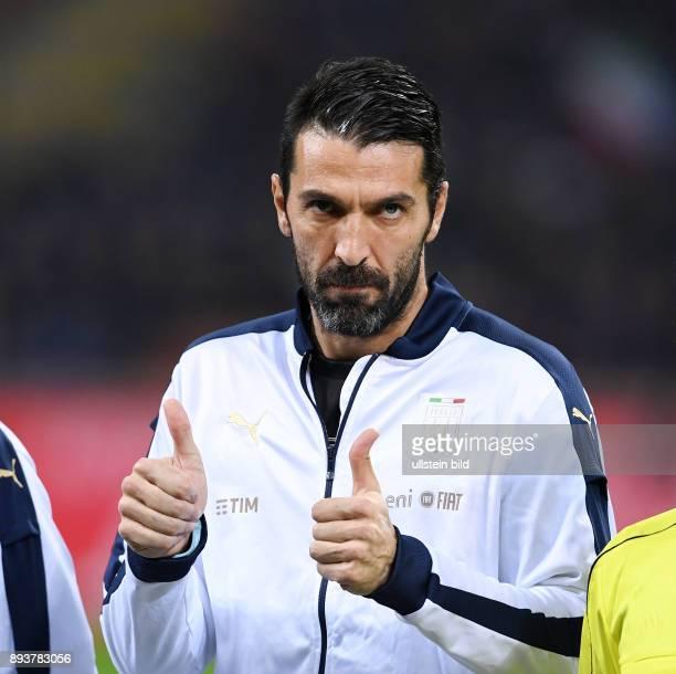Fussball International Testspiel in Mailand Italien Deutschland Torwart Gianluigi Buffon mit Daumen hoch gegen die Pfiffe der italienischen Fans bei...
