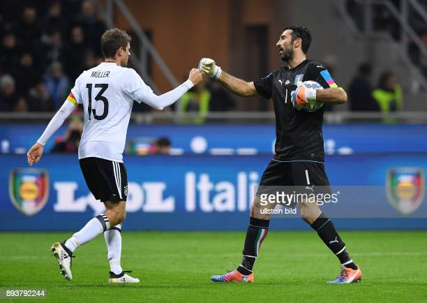 Fussball International Testspiel in Mailand Italien Deutschland Torwart Gianluigi Buffon klatscht Thomas Mueller ab