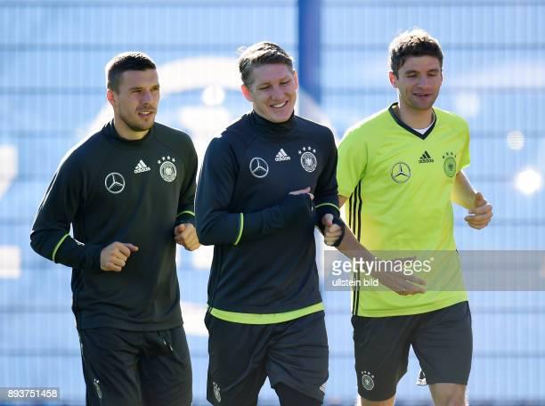 Fussball International Training der deutschen Nationalmannschaft in Muenchen beim FC Bayern an der Saebener Strasse Lukas Podolski Bastian...