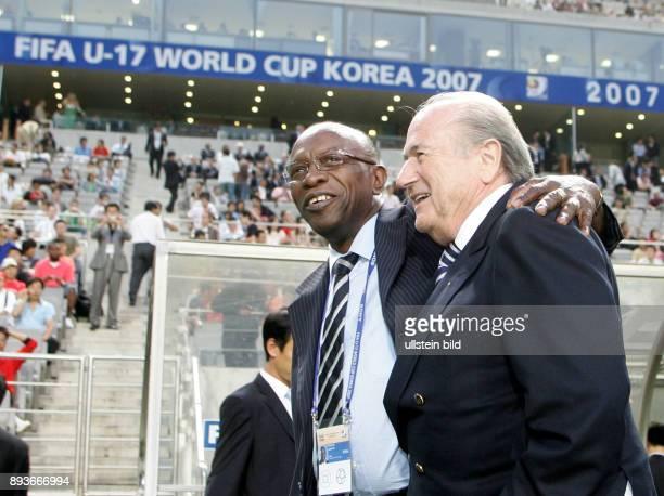 Fussball International U17 WM KoreaFinale Spanien Nigeria Spain Nigeria Praesident Joseph S Blatter und Chairman Jack A Warner vor dem Spiel