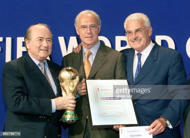 Fussball International Vergabe Weltmeisterschaft 2006 Praesident Joseph S Blatter ubergibt an DFBVizepraesident Franz Beckenbauer und DFBKoordinator...