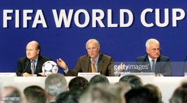 Fussball International Vergabe Weltmeisterschaft 2006 Pressekonferenz zur WM Vergabe FIFA Praesident Joseph S Blatter DFBVizepraesident Franz...