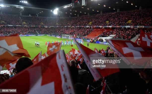 Fussball International WM Qualifikation 2014 in Bern Schweiz Slowenien Stadionuebersicht mit Schweizer Fahnen beim Einlauf der Mannschaften ins Stade...