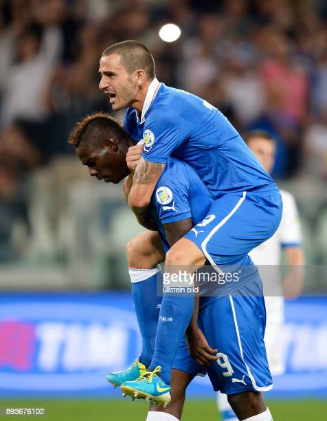 Fussball International WM Qualifikation 2014 Italien Tschechien Jubel Italien Mario Balotelli umarmt von Leonardo Bonucci