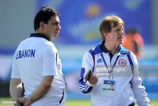 Fussball International WM Qualifikation 2014 Vereinigte Arabische Emirate Libanon Trainer Theo Buecker mit dem Physiotherapeut Fares Reaidy