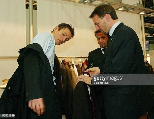 Fussball: Internationalen Modemesse CPD woman_man 2004, Duesseldorf; Anlaesslich der Praesentation der neuen Herbst-/Winter Kollektion 2004, besucht...