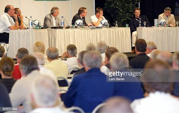 Fussball: Internationaler Trainer Kongress 2004, Halle / Westfalen; Podiumsdiskussion; Zahlreiche Gaeste hatten sich zur Podiumsdiskussio versammelt...