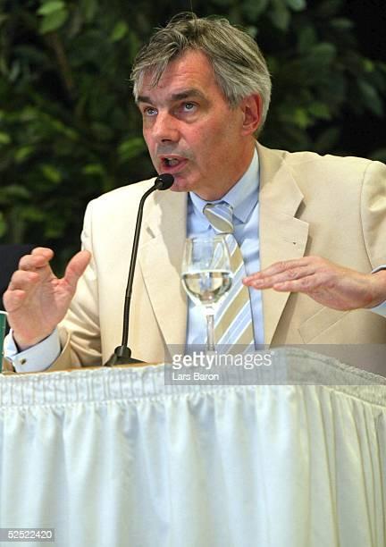 Fussball: Internationaler Trainer Kongress 2004, Halle / Westfalen; Podiumsdiskussion; Energisch diskutierte BVB-Manager Michael MEIER, der...
