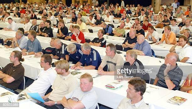Fussball: Internationaler Trainer Kongress 2004, Halle / Westfalen; Podiumsdiskussion; Uebersicht Saal 28.07.04.