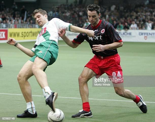 Fussball: Internationales Hallenfussball Turnier 2005, Oldenburg; Finale: Werder Bremen - Eintracht Frankfurt; Ivan KLASNIC / Bremen, Alexander SCHUR...