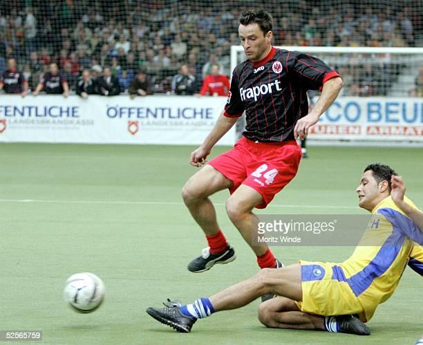 Fussball Internationales Hallenfussball Turnier 2005 Oldenburg Halbfinale Eintracht Frankfurt MSV Duisburg Alexander SCHUR / Frankfurt Abdelaziz...