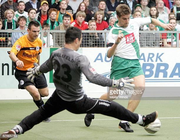 Fussball: Internationales Hallenfussball Turnier 2005, Oldenburg; Halbfinale: Arminia Bielefeld - Werder Bremen; Vanco TRAJANOV, Torwart Dennis...