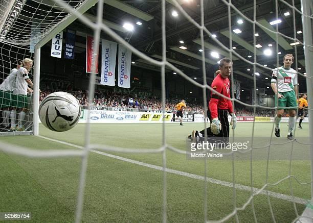 Fussball: Internationales Hallenfussball Turnier 2005, Oldenburg; Halbfinale: Arminia Bielefeld - Werder Bremen; Torwart Pascal BOREL, Petri PASANEN...