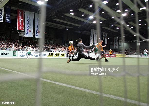 Fussball: Internationales Hallenfussball Turnier 2005, Oldenburg; Halbfinale: Arminia Bielefeld - Werder Bremen; Feature 03.01.05.