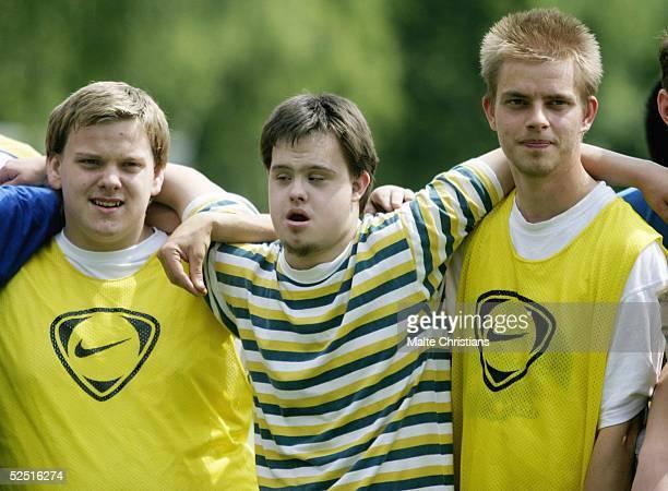 Fussball Jugendtrainer Hamburger SV und Special Olympics Hamburg Grosser Zusammenhalt beim Special Olympics HSV Training 080604