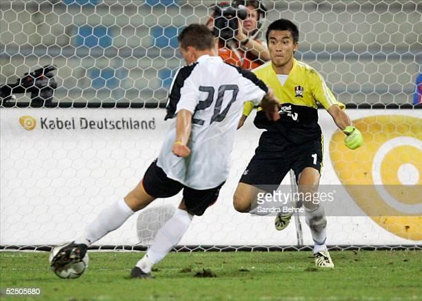 Fussball Laenderspiel 2004 Bangkok Thailand Deutschland 15 Tor zum 15 durch Lukas PODOLSKI / GER Kosin HATHAIRATTANAKOOL / THA 211204