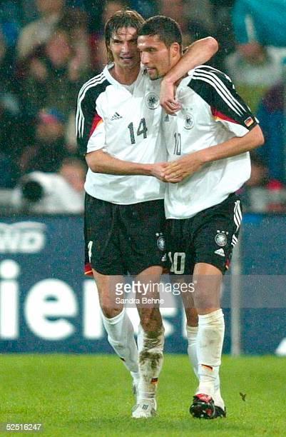 Fussball: Laenderspiel 2004, Basel; Schweiz - Deutschland ; Jubel zum 0:2: Thomas BRDARIC und Torschuetze Kevin KURANYI / GER 02.06.04.