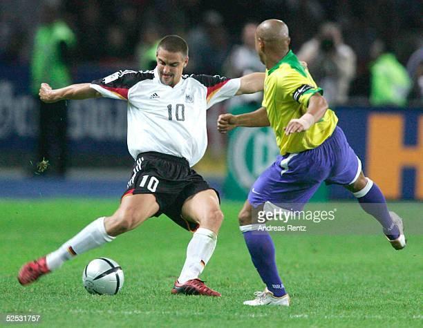 Fussball Laenderspiel 2004 Berlin Deutschland Brasilien 11 Sebastian DEISLER / GER ROBERTO CARLOS / BRA 080904