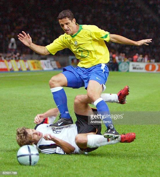 Fussball Laenderspiel 2004 Berlin Deutschland Brasilien 11 Torsten FRINGS / GER BELETTI / BRA 080904