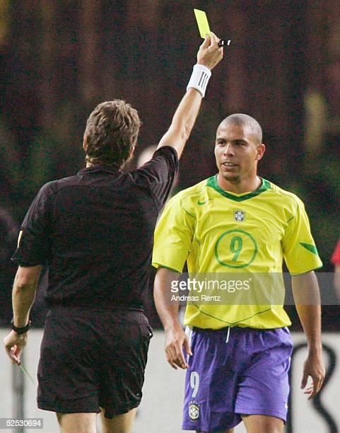 Fussball Laenderspiel 2004 Berlin Deutschland Brasilien 11 Schiedsrichter Urs MEYER / SUI RONALDO 080904