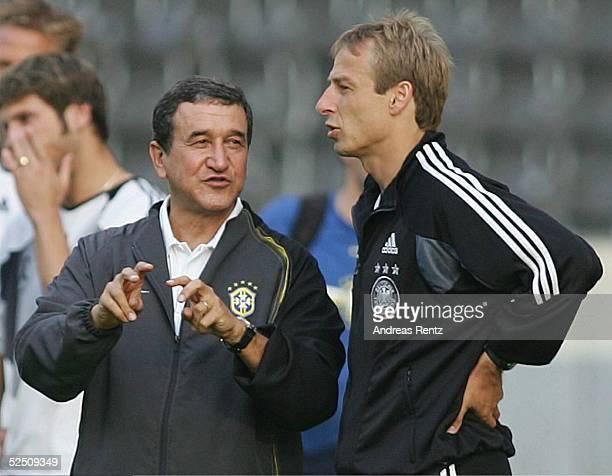 Fussball Laenderspiel 2004 Berlin Deutschland Brasilien Brasilien / Training Trainer Carlos Alberto PAREIRA / BRA Trainer Juergen KLINSMANN 070904