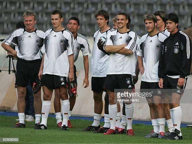 Fussball Laenderspiel 2004 Berlin Deutschland Brasilien Brasilien / Training Die deutschen Spieler schauen sich das Training der brasilianischen...