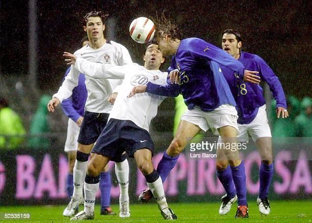 Fussball Laenderspiel 2004 Braga Portugal Italien Cristiano RONALDO DECO / POR Massimo AMBROSINI Simone PERROTTA / ITA 310304