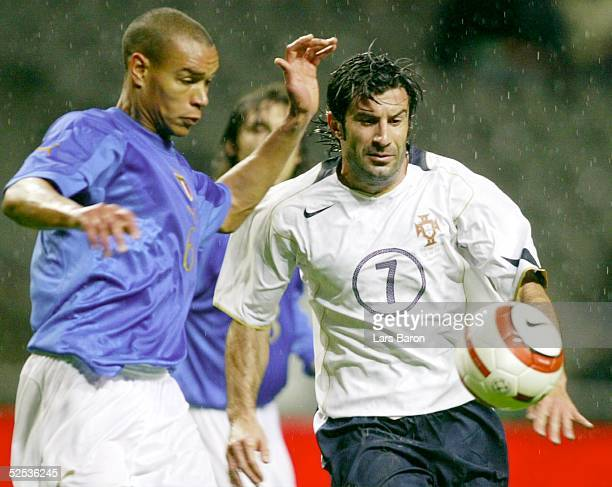 Fussball Laenderspiel 2004 Braga Portugal Italien Matteo FERRARI / ITA Luis FIGO / POR 310304