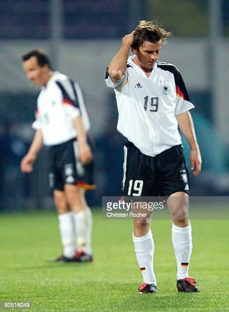 Fussball Laenderspiel 2004 Bukarest Rumaenien Deutschland 51 Jens JEREMIES und Bernd SCHNEIDER / GER stehen enttaeuscht nach dem Spiel auf dem Platz...