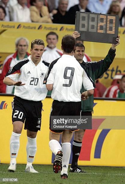 Fussball Laenderspiel 2004 Kaiserslautern Deutschland Ungarn 02 Lukas PODOLSKI wird in seinem ersten Laenderspiel fuer Fredi BOBIC / GER...