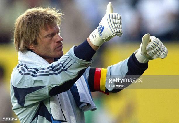 Fussball Laenderspiel 2004 Kaiserslautern Deutschland Ungarn Torwart Oliver KAHN / GER geht nach dem Spiel enttaeuscht zu den Fans 060604