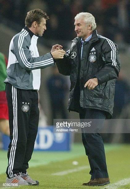 Fussball Laenderspiel 2004 Koeln Deutschland Belgien Bundestrainer Michael SKIBBE und Teamchef Rudi VOELLER jubeln nach dem Treffer zum 20 310304