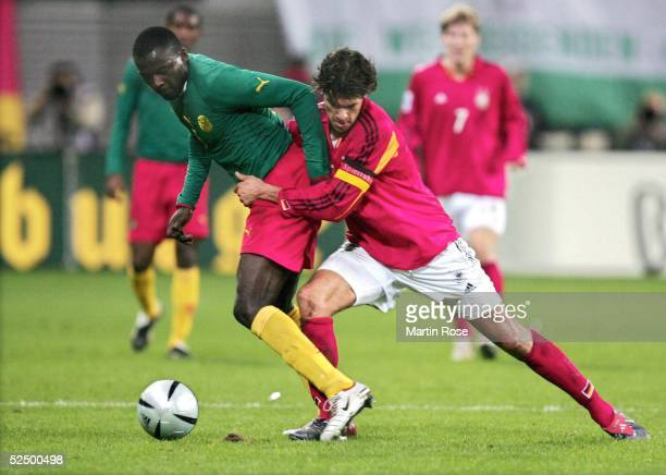 Fussball Laenderspiel 2004 Leipzig Deutschland Kamerun 30 Timothee ATOUBA / CMR Michael BALLACK / GER 171104