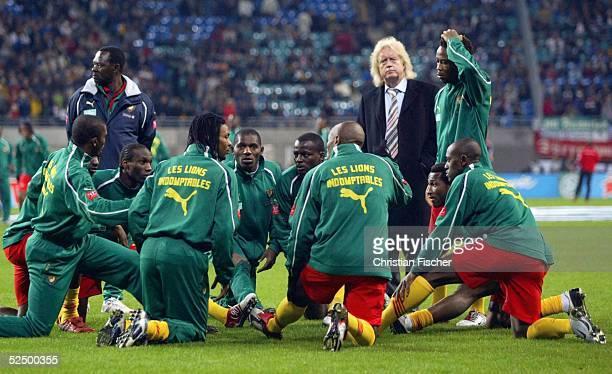 Fussball Laenderspiel 2004 Leipzig Deutschland Kamerun 30 Trainer Winfried SCHAEFER / CMR 171104
