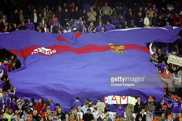 Fussball Laenderspiel 2004 Rotterdam Niederlande Frankreich 00 Fans mit dem franzoesischen Nationaltrikot / FRA 310304