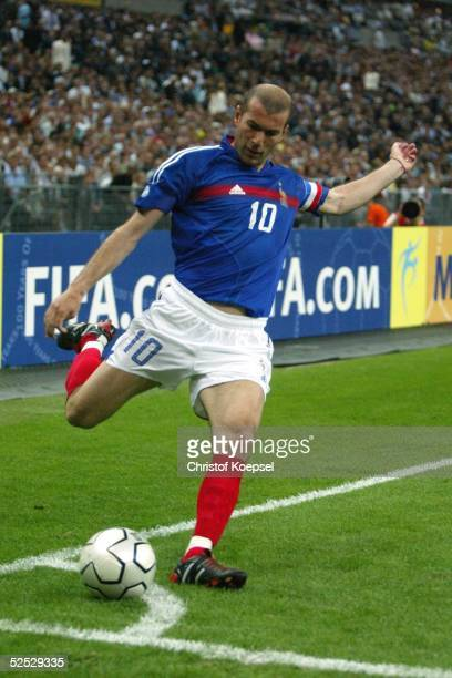 Fussball Laenderspiel 2004 St Denis Frankreich Brasilien 00 Zinedine ZIDANE / FRA 200504