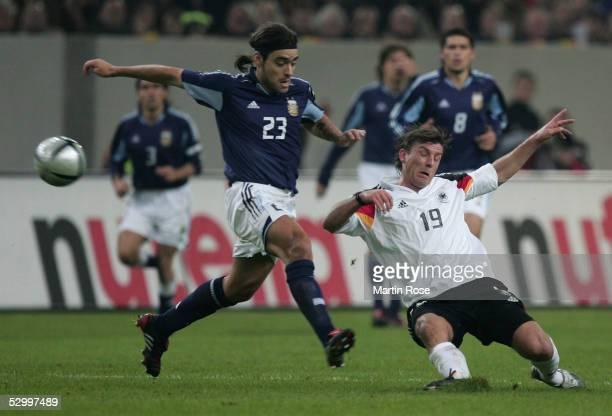 Laenderspiel 2005 Duesseldorf 090205 22 Deutschland Argentinien Aldo Pedro DUSCHER / ARG Bernd SCHNEIDER / GER FotoBONGARTS/Martin Rose