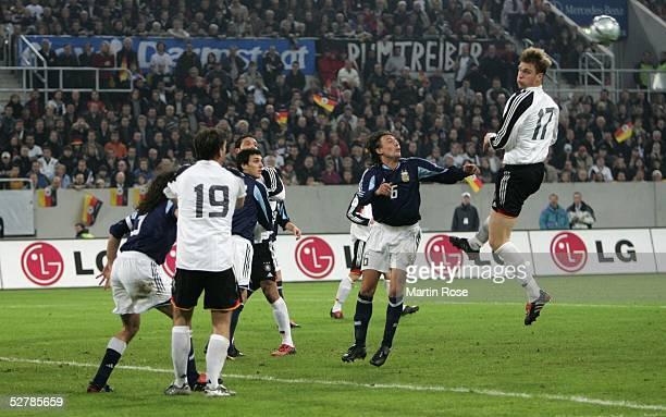 Fussball Laenderspiel 2005 Duesseldorf 090205 22Deutschland Argentinien Per MERTESACKER springt zum Kopfball hoch