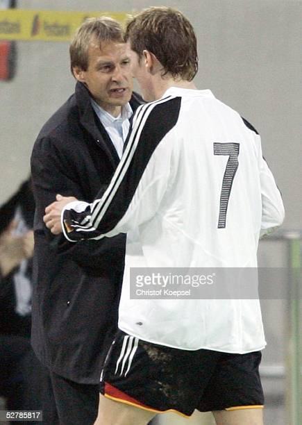 Fussball Laenderspiel 2005 Duesseldorf 090205Deutschland Argentinien 22Trainer Juergen KLINSMANN Bastian SCHWEINSTEIGER/GER