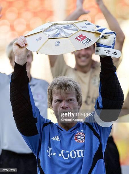 Fussball Liga Pokal 2004 Finale Mainz FC Bayern Muenchen SV Werder Bremen 32 Torwart Oliver KAHN mit dem DFBLigapokal 020804